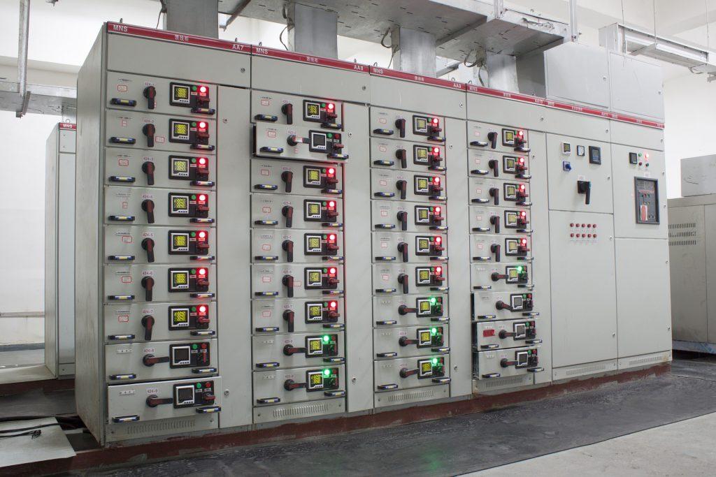 Grande e complesso quadro elettrico utilizzato nel settore industriale
